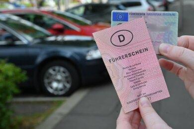 Der rosafarbene Führerschein muss umgetauscht werden. Autofahrer und Autofahrerinnen erhalten einen Nachweis in Scheckkartenformat.