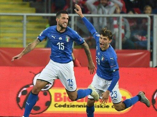 Italiens Cristiano Biraghi (l.) feiert den Klassenerhalt