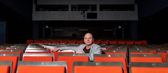 Die Zeiten, in denen Manuel Schöbel allein im Radebeuler Zuschauersaal der Landesbühnen saß, wie hier im April, schienen vorbei. Jetzt drohen wieder Wochen ohne Theater.