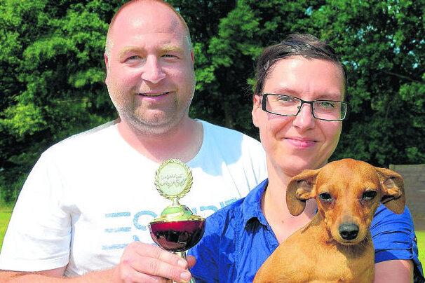 Sieger bei der Rasse Zwergpinscher: Mirko und Tina Metzner mit ihrem Hund Kyrene vom Hause Leipzig. Dank der Clubschau war Neumark gestern ein wahres Mekka der Hundezüchter.