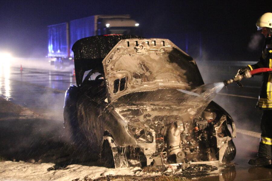 Der Peugeot war etwa in Richtung Chemnitz unterwegs und hatte etwa 1,5 Kilometer vor Frankenberg in Brand geraten.