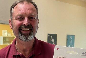 Zahnarzt Christian Richter hat sich für seine Schwestern vier Geschenkgutscheine geholt.