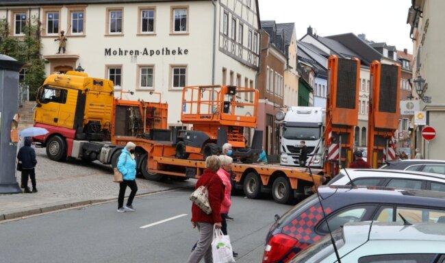 Ein Sattelzug hatte sich Ende Oktober auf dem Hohenstein-Ernstthaler Markt festgefahren.