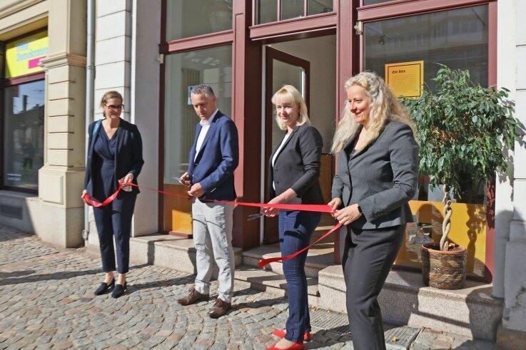 Ariane Spiekermann, Carsten, Michaelis, Kathrin Köhler und Kathrin Stiller (von links) weihen den ersten Zwickauer Kurzeitladen ein.