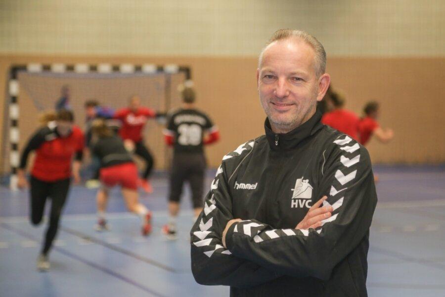 Thomas Sandner ist seit 2004 Trainer der Handballfrauen des HV Chemnitz. Vor der Saison 2018/19 zog er sich zurück. Nachdem sein Nachfolger aber nur wenig Erfolg hatte, kehrte er zurück - und mit ihm der Erfolg. Der HVC spielt nunmehr seit drei Jahren in der 3. Bundesliga.