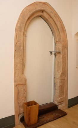 Dieser alte gotische Bogen wurde erhalten, obwohl sich hinter der Tür jetzt eine Wand befindet.