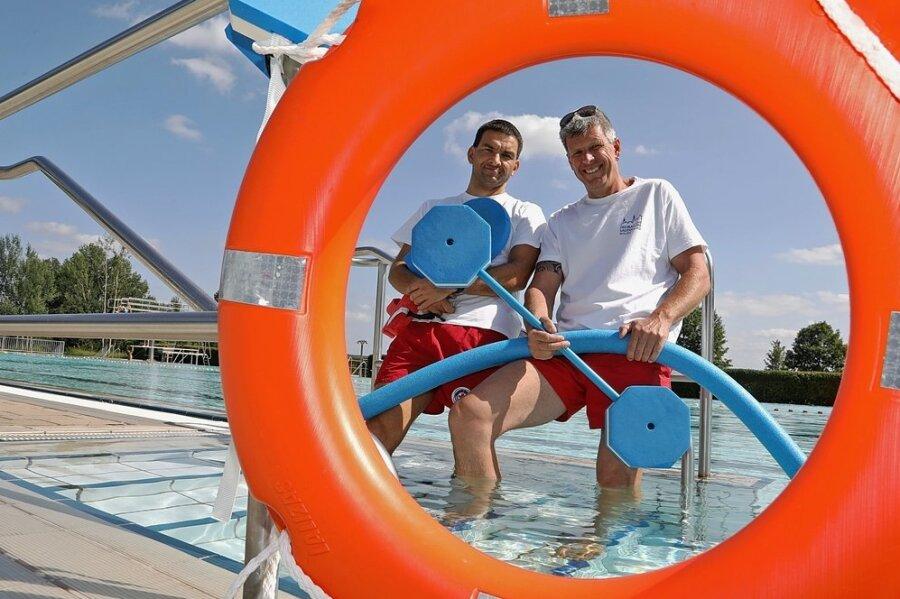 Wasserwacht-Mitglied Jörg Mäder (links) und Schwimmmeister René Kazmierczak bieten Schwimmstunden im Freibad in Waldenburg an.