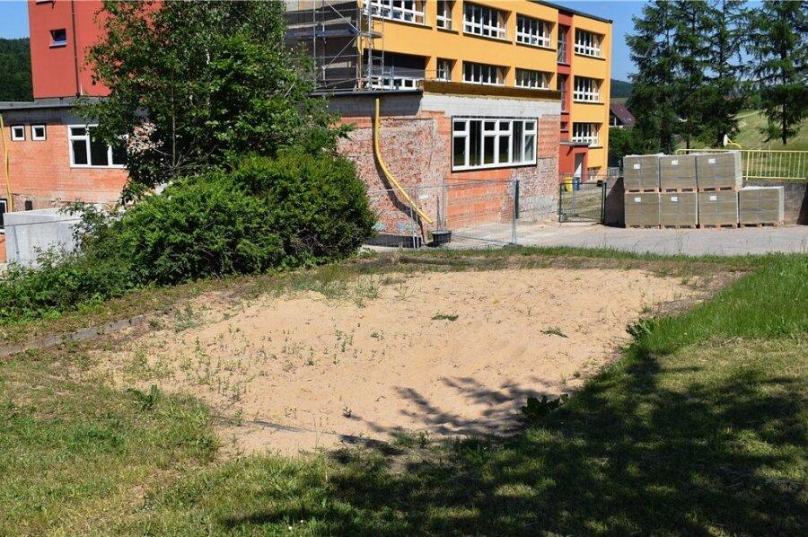 Eine Anlage für das Kugelstoßen sieht anders aus. Doch die Oberschüler aus Rechenberg-Bienenmühle müssen mit Wiese und Sandloch auskommen.