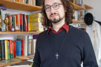 Tobias Dietze in seinem Dienstzimmer im Pfarramt in Wiesa. Er ist seit dem gestrigen Neujahrstag neuer Pfarrer in der Gemeinde.