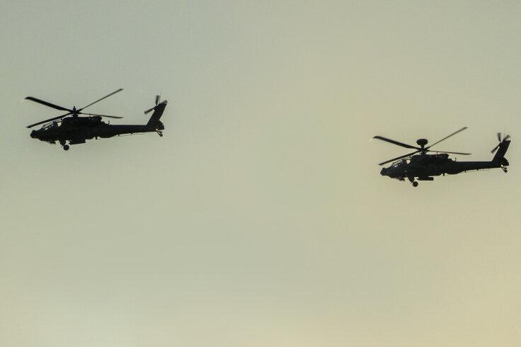 Insgesamt zehn Hubschrauber sind am Mittwochabend in zwei Formationen über Schwarzenberg geflogen.