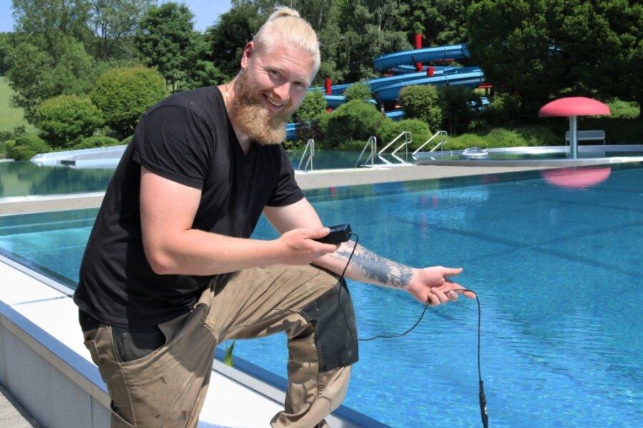 Schwimmmeister Robin Schmidt hatte im Erlebnisbad Oederan in dieser Woche noch sehr viel zu tun. Dazu gehörte auch die Kontrolle der Wassertemperatur im Schwimmerbecken.
