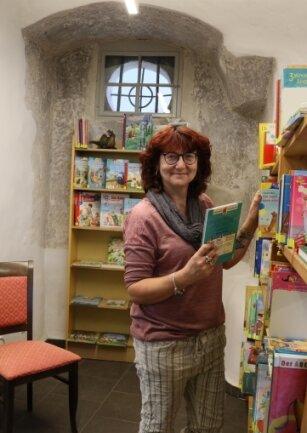 Büchereileiterin Katrin Schwörke in ihren neuen, alten Räumen.