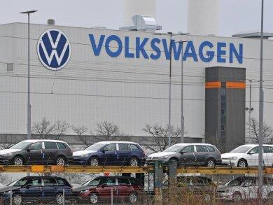 Neufahrzeuge von Volkswagen auf einem Güterzug vor dem Werk in Zwickau.