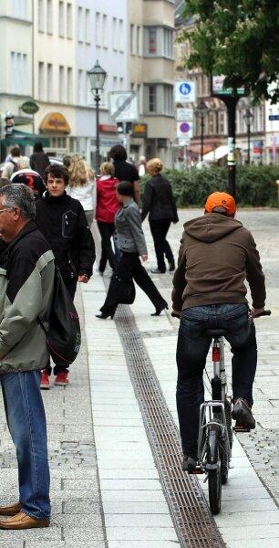 Verbotenes Radeln durch die Fußgängerzone in der Innenstadt wurde bislang nicht mit Nachdruck bekämpft, doch soll sich das künftig ändern. Eine überregionale Arbeitsgruppe plant Kontrollen.