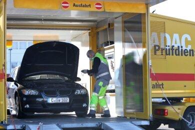 Kfz-Prüfer testet bei einem 3er-BMW den Zustand der Batterie. Der Energiespeicher ist anfällig für extreme Hitze und sibirische Kälte.