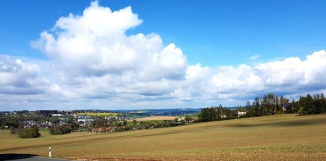 Vom Waldrand bietet sich ein weiter Blick unter anderem in Richtung Ellefeld (links) und Auerbach.