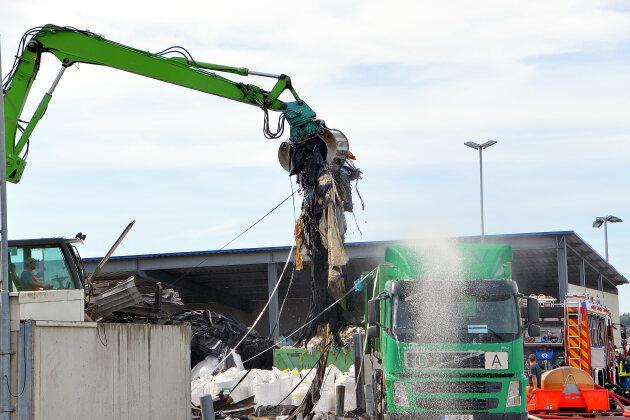 Nach dem Großbrand beginnen bei Glitzner die Aufräumarbeiten.