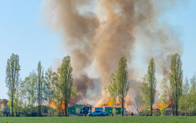 Erneuter Brand auf dem Gelände einer Entsorgungsfirma in Mühlau.