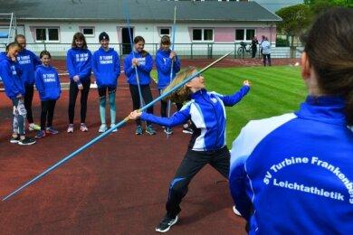 Die Leichtathleten des SV Turbine Frankenberg können wieder zusammen trainieren, hier Julienne Kunze beim Speerwurf.