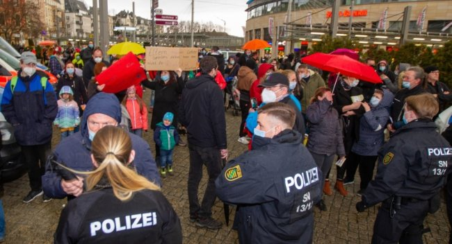 Die Polizei regulierte den Zugang vom Tunnel zum Theaterplatz.