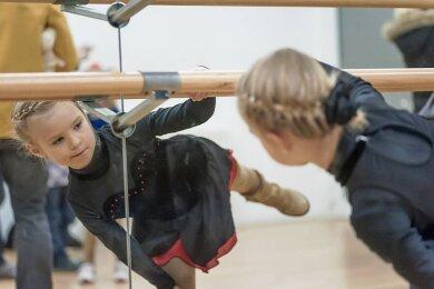 Wie kann man Kinder und Erwachsene zu Tanz und Bewegung ermuntern, wenn Übungen in öffentlichen Kursen oder im Ballettsaal auf Grund von Corona nicht möglich sind? Manche setzen auf digitale Angebote - mit unterschiedlichem Erfolg.