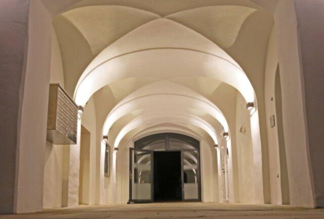 In den Gängen sind die alten Gewölbe, die beleuchtet wunderbar zur Wirkung kommen, erhalten worden.