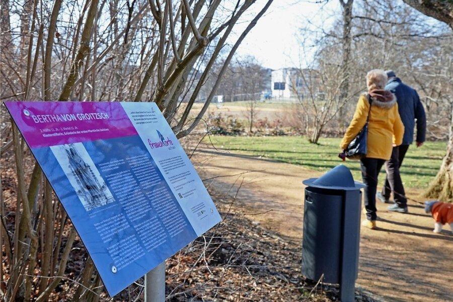 Zwei Frauenorte gibt es zurzeit im Rosengarten am Zwickauer Schwanenteichpark. Informationstafeln weisen auf das Wirken berühmter Frauen in der Muldestadt hin. Jetzt will man das Projekt ausweiten.