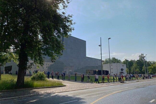Etwa 150 Menschen warten am Vormittag vor der Chemnitzer Bundesbankfiliale.