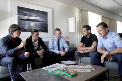 Bundestrainer Joachim Löw (l-r), den Nationalspieler Mesut Özil, DFB-Präsident Reinhard Grindel, den Nationalspieler Ilkay Gündogan und den Manager der Nationalmannschaft, Oliver Bierhoff, in einem Hotel. Sie trafen sich zu einem persönlichen Gespräch über die umstrittenen Sympathiekundgebungen der beiden Spieler für den türkischen Präsidenten Erdogan.