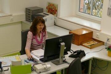 Im neu gestalteten Büroraum der Gelenauer Kämmerei freut sich Viktoria Blyugerman inzwischen über gute Arbeitsbedingungen.
