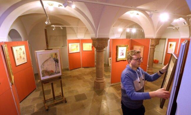 Lukas Steidl von der Tourismus und Sport GmbH gewährt einen Einblick in die Ausstellung.