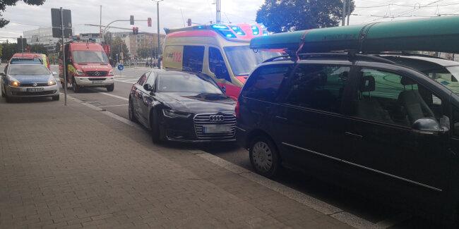 Ein Rettungswagen kam aus ungeklärter Ursache von der Fahrbahn ab und prallte gegen einen parkenden Audi.