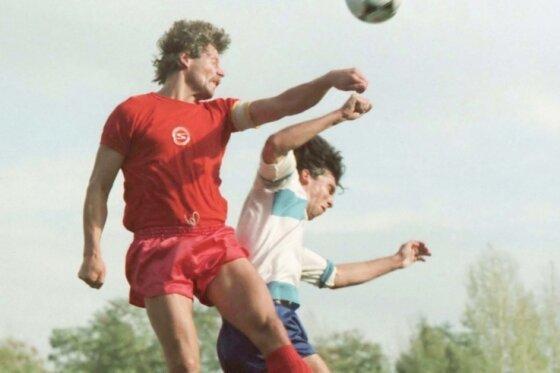Schykowski macht, was er am besten kann - Kopfballduelle gewinnen. Hier gegen Rostocks Juri Schlünz 1985.