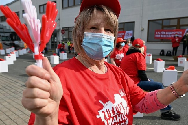 Gabriele Rauner und etwa 80 ihrer Kollegen streiken beim Autozulieferer Mahle Behr in Kirchberg.