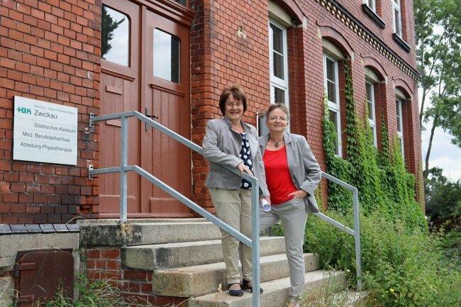 Elke Sonntag und Eva Schmid vor der Ausbildungsstätte an der Hansastraße in Zwickau.