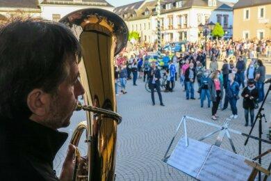 """Mit Musik und Tanz wurde vom Bündnis """"Wir sind Zwönitz"""" für eine friedliche Bergstadt geworben. In den Vorwochen war es bei den sogenannten Corona-Spaziergängen zu Ausschreitungen gekommen."""