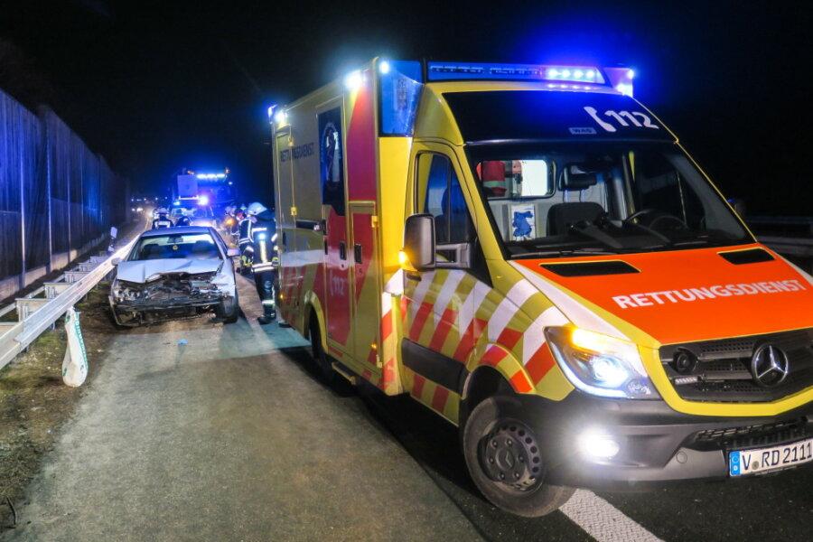 Skoda kracht in Leitplanke - A 72 bei Zwickau kurzzeitig voll gesperrt