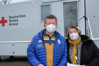 """Gehörten am Dienstag zu den ersten Geimpften. Hannelore Söllner und Friedrich Weißmann waren aus Netzschkau gekommen, um sich gegen Corona impfen zu lassen. """"Bequemer geht's ja für uns nicht"""", sagte Hannelore Söllner und lobte das bestens organisierte Impfregime."""
