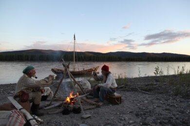 Fast ein Gemälde: Der Wahl-Vogtländer Manfred Schröter 2013 mit Joachim Kreuzer (links) und ihrem Yorkboot in historischer Kleidung und Ausrüstung auf den Spuren der alten Entdecker unterwegs auf dem Yukon. Für den neuen Alaska-Film für die Tour zum Eismeer wurde das Auto genutzt.