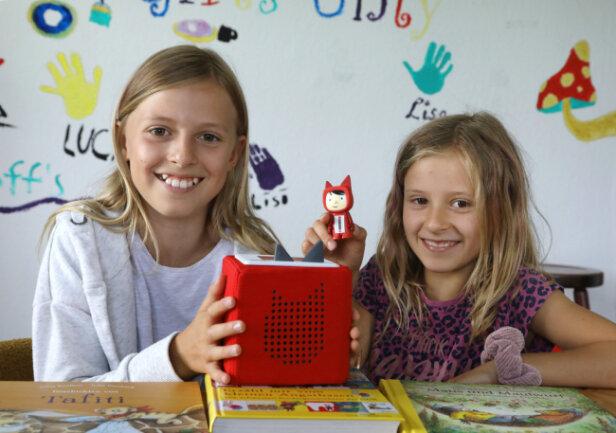 So sehen die Toniebox und die Figuren aus: Jolina (11 Jahre) und Haley (8 Jahre) zeigen die Technik, die in allen Kindertagesstätten und Schulhorten in Meerane zur Verfügung steht.