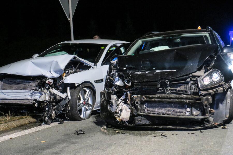 Kollision zwischen VW und Jaguar auf der S258