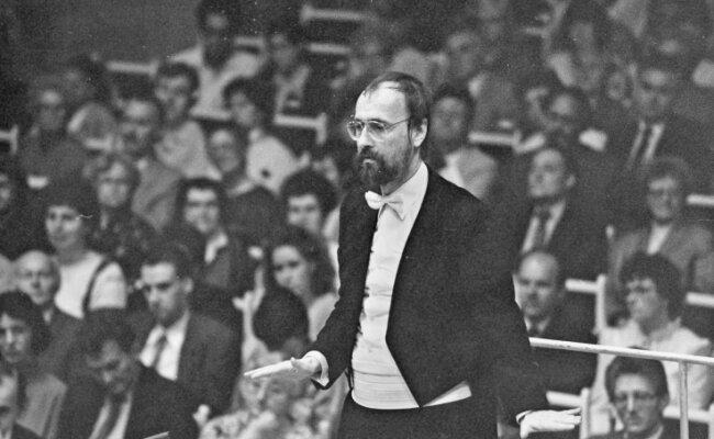 Friedrich Goldmann als Dirigent in Aktion, aufgenommen während eines Konzerts am 21. Oktober 1988.