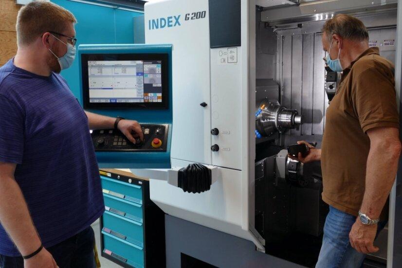 """Für Fachleiter Martin Kaden (links) und Gerd Schuffenhauer, Leiter des Fachbereichs Metall- und Kfz-Technik, stellt das Dreh- und Fräszentrum """"Index G 200"""" ein wichtiges Hilfsmittel dar."""