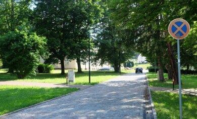 Würde der Bereich vor dem Rathaus verkehrsberuhigt, müsste die kleine Straße zwischen Ärztehaus und Innerer Neuwieser Straße verbreitert werden. Auch das Manko eines fehlenden Fußweges würde behoben.