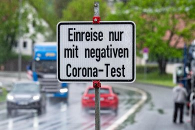 Ein Schild weist an der deutsch-tschechischen Grenze auf die Testpflicht hin.