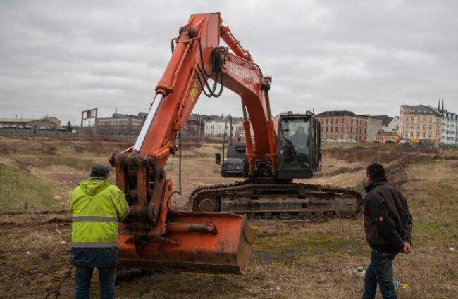 Baustart im Conti-Loch: Die ersten Bagger sind am Freitag eingetroffen.