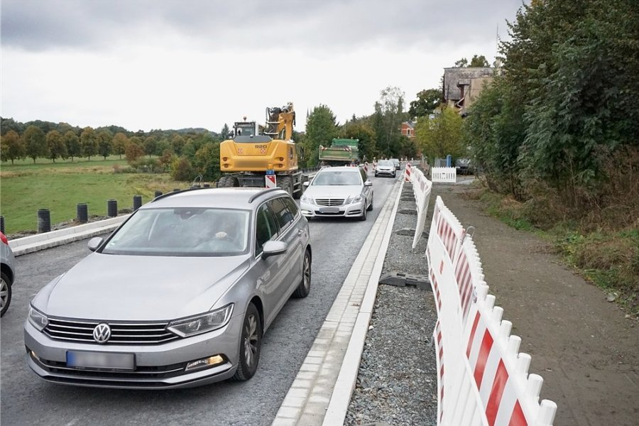 Ab Freitag ist dieses Bild Geschichte: Autos fahren einspurig durch die B 92-Baustelle in Oelsnitz. Foto: Christian Schubert