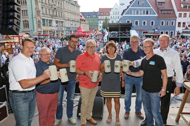 Sie stießen auf der Hauptmarktbühne an (v. l. n. r.): André Hentschel (ZEV), Werner Weinschenk und Enrico Olzmann (Mauritius Brauerei), Josef Salzhuber (Sparkasse Zwickau), Pia Findeiß, Volker Schneider (ZEV), Gunnar Tichy (Radio Zwickau) und Gunter Sandmann (VW Sachsen).