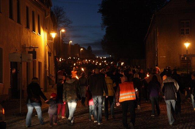 Rund 1000 Menschen sind am Samstagabend durch Schneeberg marschiert. Sie protestierten gegen die Unterbringung von Asylbewerbern in der früheren Jägerkaserne.