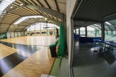 Im Feel Good Club gibt es nur noch vier Tennisplätze (rechts), weil eine neue Basketballhalle entstanden ist (links).